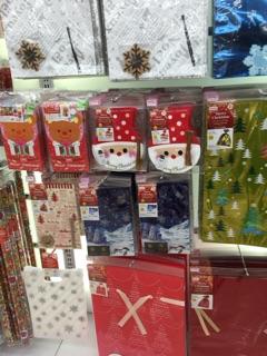 お店で買ったプレゼントのラッピングを頼むの忘れた!混んでいてあきらめた!どこで買ったかばれるからイヤ!などなど・・・。 様々な理由はありますが自分で
